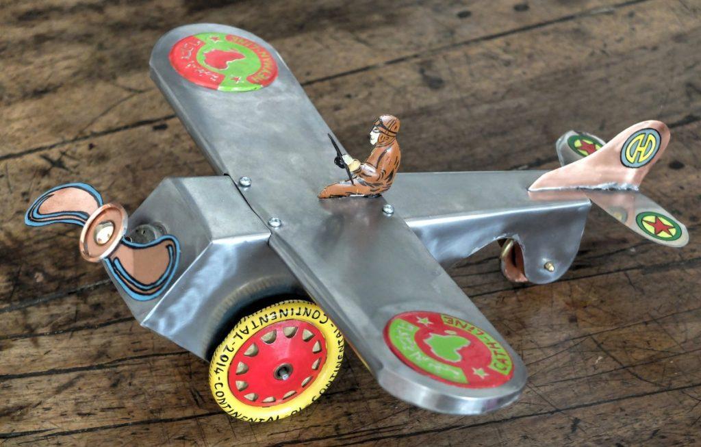 Avion en fer blanc motorisé