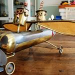 Avion en tôle avec 2 robots