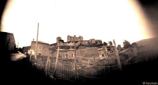 Berzè la ville d'un coté, en sépia, photo pinhole.