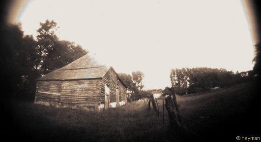 Routes, la grange, photo sépia.